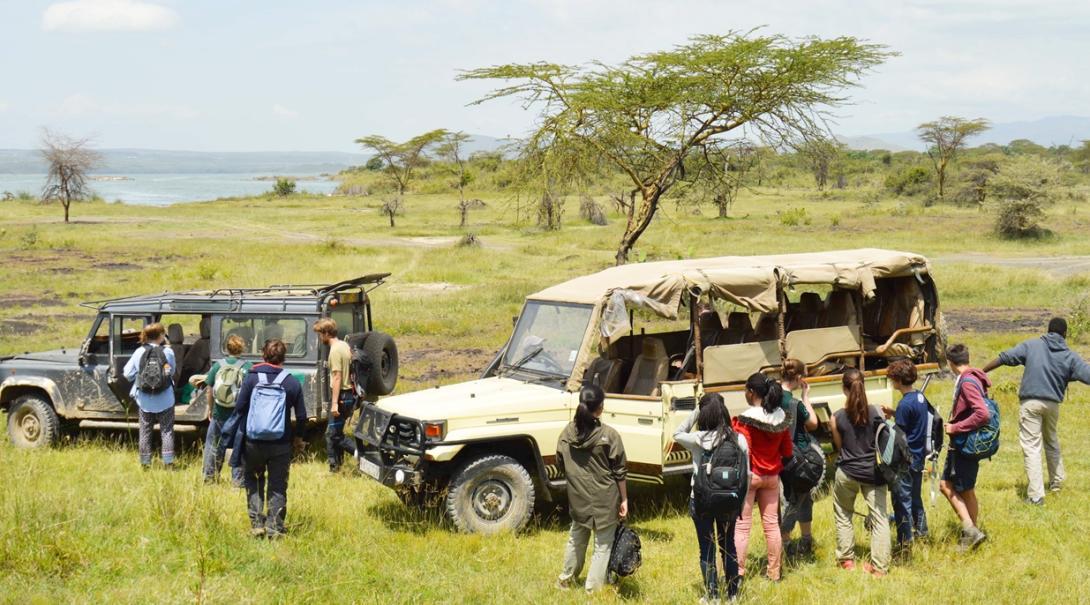 ケニアで自然保護区内を移動する高校生ボランティアたち